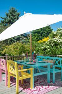 Hur slitna trädgårdsmöbler blir som nya med lite färg
