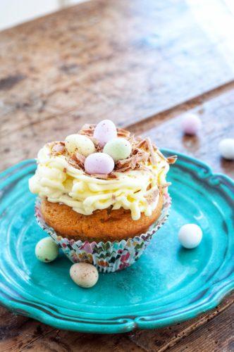 Påskfika – Saftiga blåbärscupcakes med cream cheese frosting, påskdekorerade på fyra olika sätt