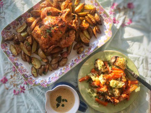 Hel kyckling med rosmarin och citron tillsammans med ugnsrostade rotfrukter med örtolja