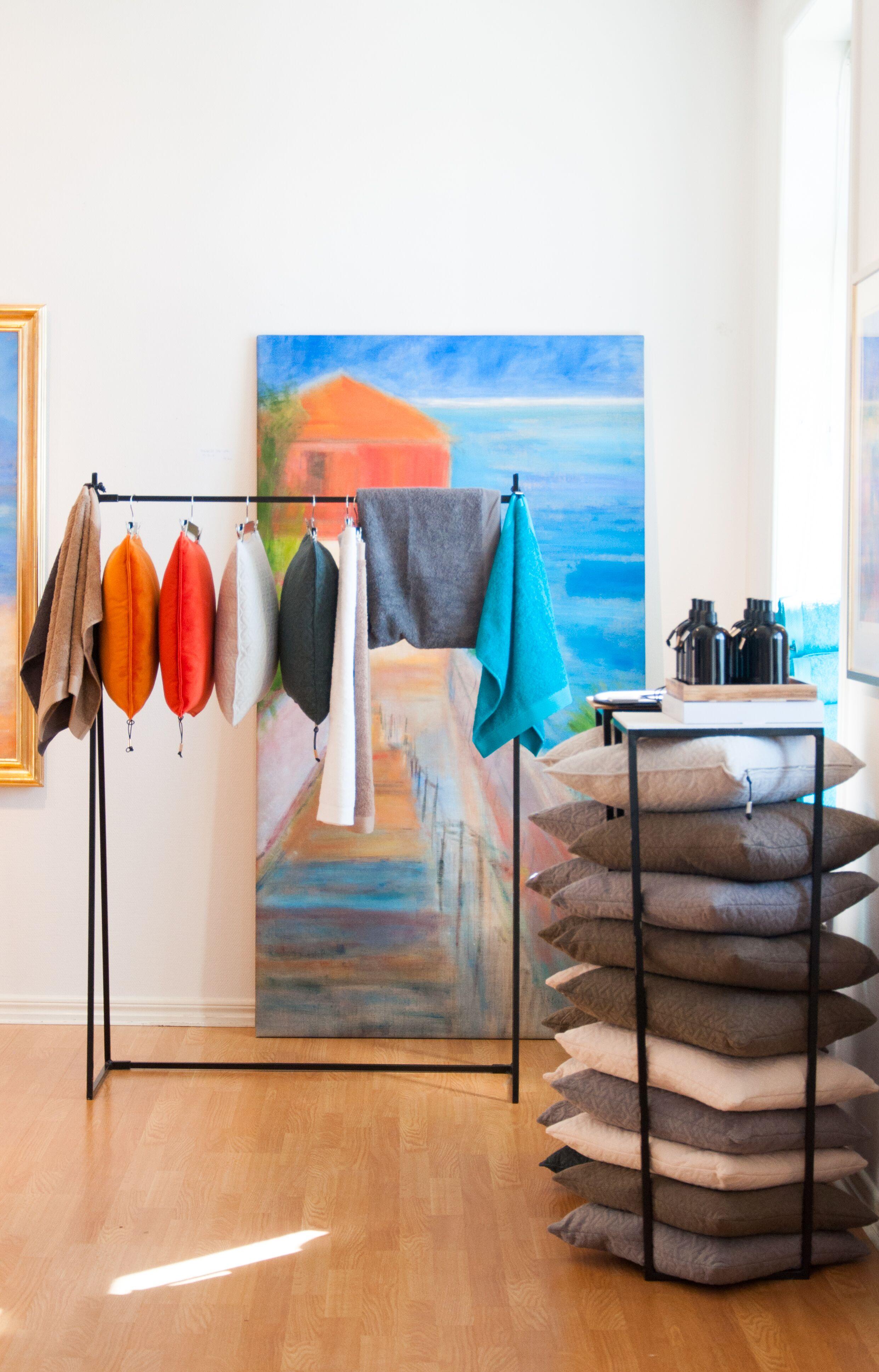 Mille W Nordisk Design vackra produkter färgmatchas med Viktorias Hallenius tavla. Foto: Leonor Juhl K